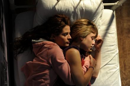 Sarah liegt mit ihrer depressiven Freundin im Bett