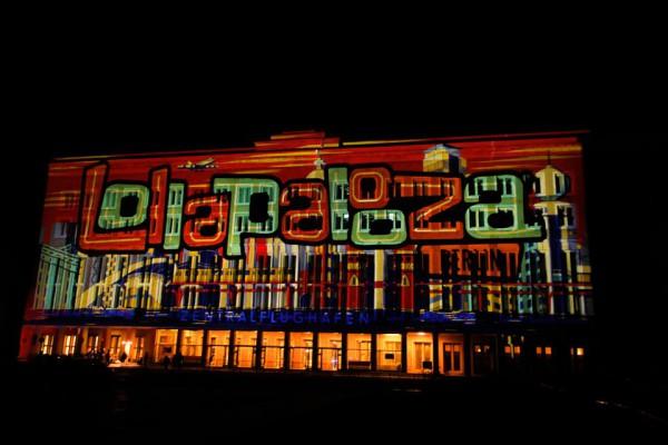 Der Flughafen Tempelhof leuchtet im Schein des Lollapalooza Berlin 2015