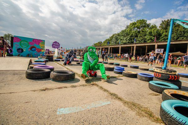 Beim Wipeout Parkour auf dem Pangea-Festival 2017 konnten die Besucher die vermutlich einzige deutsche Automarke ohne Dieselskandal fahren – Das Bobby-Car.
