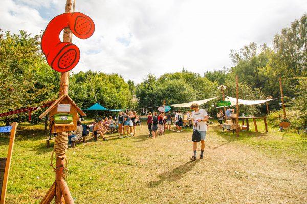 Auf dem gesamten Gelände des Pangea-Festivals waren Telefonapparate miteinander vernetzt. Wer einen Hörer in die Hand nahm, wusste nie wer am anderen Ende an den Apparat geht.